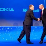 Londra, 11 Febbraio 2011 - Stephen Elop (Nokia Chief Executive ) stringe la mano a Steve Ballmer (Microsoft CEO); foto di Leon Neal/AFP/Getty Images
