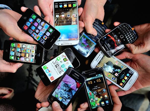 Smartphone di diversi tipi e modelli